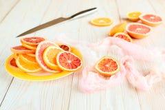 Цитрусовые фрукты и нож на деревянном столе Варить принципиальную схему Стоковое Фото