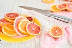 Цитрусовые фрукты и нож на деревянном столе конец вверх Стоковая Фотография