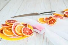 Цитрусовые фрукты и нож на деревянном столе Стоковая Фотография RF