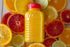 Цитрусовые фрукты и сок Взгляд от верхней части стоковая фотография