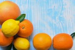 Цитрусовые фрукты лежа на таблице стоковые фото