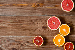 Цитрусовые фрукты на деревянной предпосылке таблицы с космосом экземпляра Стоковые Изображения RF