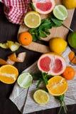 Цитрусовые фрукты на прерывая доске Стоковое Изображение RF