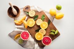 Цитрусовые фрукты на разделочной доске Стоковые Фото