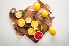 Цитрусовые фрукты на разделочной доске Стоковое Изображение