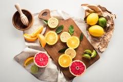 Цитрусовые фрукты на разделочной доске Стоковые Изображения