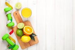 Цитрусовые фрукты, рулетка и dumbells Стоковое фото RF