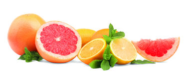 Цитрусы и листья мяты на белой предпосылке Различные экзотические плодоовощи: грейпфрут, апельсин, и лимон витамин типа померанце Стоковое Изображение