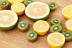 Цитрус еды плодоовощ, апельсин, грейпфрут лимона и киви Стоковая Фотография