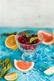 Цитрус и лимонад на таблице летом стоковые фото