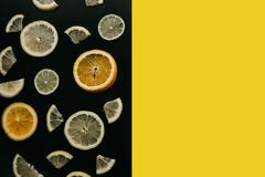 Цитрус на черной предпосылке Много кусков лимона, апельсина и известки лежат совместно серия плодоовощей Витамины и a Стоковые Фотографии RF