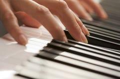 цифровая женщина рояля s ключей перстов Стоковые Фото