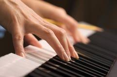 цифровая женщина рояля s ключей перстов Стоковая Фотография RF