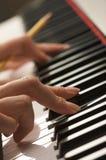 цифровая женщина рояля s ключей перстов Стоковые Изображения RF