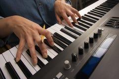цифровая женщина рояля s ключей перстов стоковая фотография
