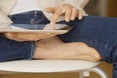 цифровая женщина таблетки удерживания Стоковое Изображение RF