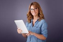 цифровая женщина таблетки Стоковые Фотографии RF