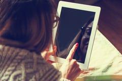 цифровая женщина таблетки стоковые фото