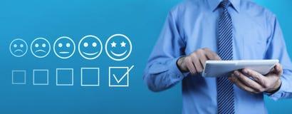 цифровая таблетка человека используя Концепция опыта клиента стоковое изображение