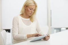 цифровая таблетка используя детенышей женщины Стоковое фото RF