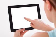 цифровая таблетка используя женщину Стоковое Изображение