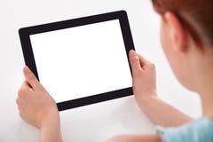 цифровая таблетка используя женщину Стоковые Изображения