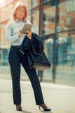 цифровая таблетка используя женщину Стоковое фото RF