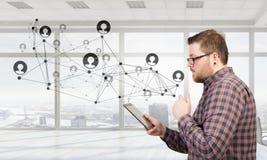 цифровая таблетка человека используя Мультимедиа Стоковые Изображения