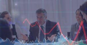 Цифровое изображение диаграмм и стрелки пока бизнесмены говорить Стоковое Изображение