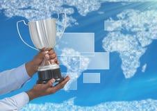 Цифровое изображение рук держа трофей против карты мира бесплатная иллюстрация