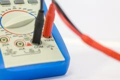 Цифровой вольтамперомметр на белой предпосылке стоковые фотографии rf