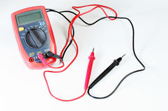 Цифровой вольтамперомметр или multitester или метр Вольт-ома, электронная измеряя аппаратура которая совмещает нескольк функцию и стоковое изображение