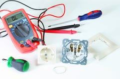 Цифровой вольтамперомметр или multitester или метр Вольт-ома, электронная измеряя аппаратура которая совмещает нескольк функцию и стоковая фотография rf