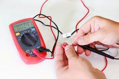 Цифровой вольтамперомметр или multitester или метр Вольт-ома, электронная измеряя аппаратура которая совмещает нескольк функцию и стоковые фотографии rf