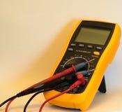 Цифровой вольтамперомметр при соединенные циклы испытания - изолированный Стоковая Фотография RF