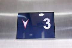 Цифровой дисплей показывая номер 3 полов внутри лифта стоковое фото rf