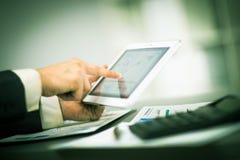 цифровой касатьться таблетки экрана перста Стоковое Изображение RF