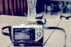 Цифровой фотокамера принимая фотоснимок на таблице Стоковые Фотографии RF