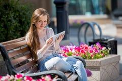 цифровые детеныши женщины таблетки Стоковое Изображение