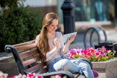 цифровые детеныши женщины таблетки Стоковая Фотография RF