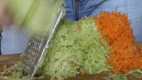 Цукини и моркови на терке, который нужно смолоть видеоматериал
