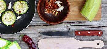 Цукини - цукини Концепция: вегетарианская еда, здоровая еда Еда Seth здоровая Цукини, специи, оливковое масло на деревянном backg Стоковые Изображения RF