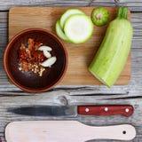 Цукини - цукини Концепция: вегетарианская еда, здоровая еда Еда Seth здоровая Цукини, специи, оливковое масло на деревянном backg Стоковое Изображение