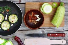 Цукини - цукини Концепция: вегетарианская еда, здоровая еда Еда Seth здоровая Цукини, специи, оливковое масло на деревянном backg Стоковое Изображение RF