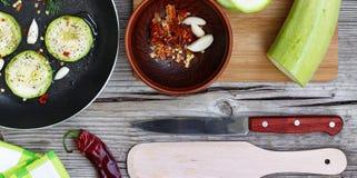 Цукини - цукини Концепция: вегетарианская еда, здоровая еда Еда Seth здоровая Цукини, специи, оливковое масло на деревянном backg Стоковое Фото