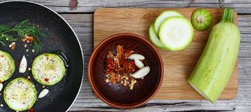 Цукини - цукини Концепция: вегетарианская еда, здоровая еда Еда Seth здоровая Цукини, специи, оливковое масло над предпосылкой Стоковое Фото