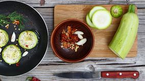 Цукини - цукини Концепция: вегетарианская еда, здоровая еда Еда Seth здоровая Цукини, специи, оливковое масло над предпосылкой Стоковые Изображения RF