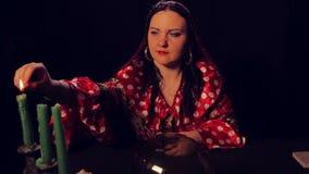Цыганский рассказчик удачи на свечах светов таблицы divination акции видеоматериалы
