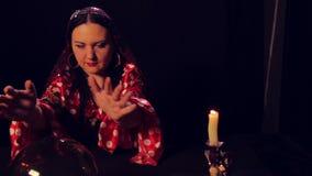 Цыганский рассказчик удачи на таблице читая будущее в волшебном шарике сток-видео