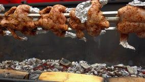Цыпленок зажаренный в духовке на вертеле будучи жаренным над яркими накаляя углями видеоматериал